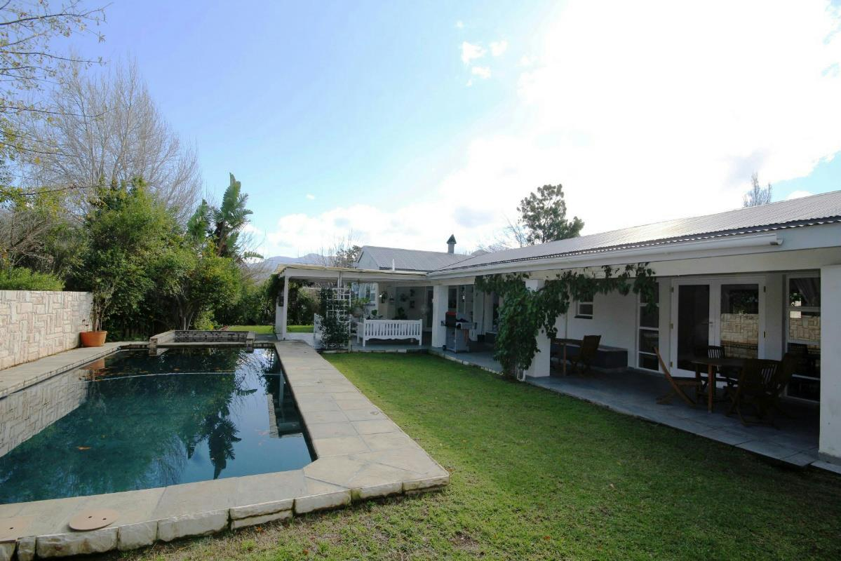 http://listing.pamgolding.co.za/Images/Properties/201607/565566/H/565566_H_8.jpg