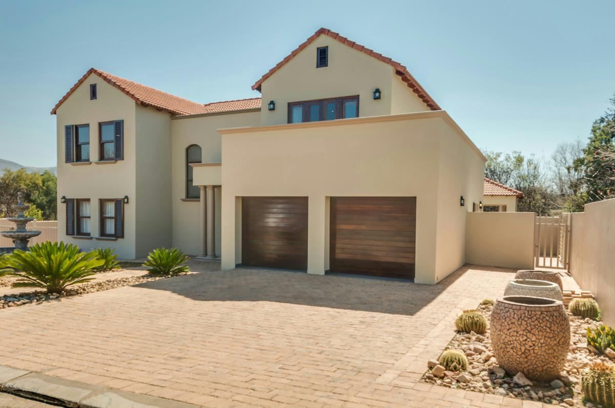 http://listing.pamgolding.co.za/Images/Properties/201608/575612/H/575612_H_14.jpg