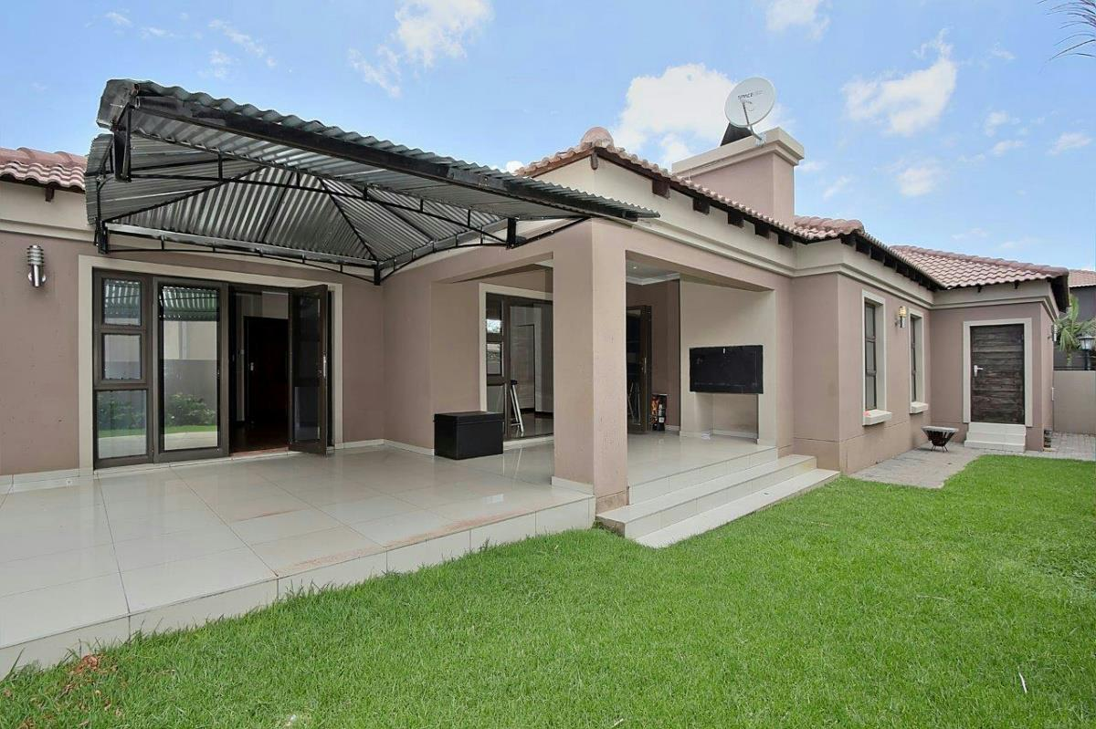 http://listing.pamgolding.co.za/Images/Properties/201611/594835/H/594835_H_5.jpg