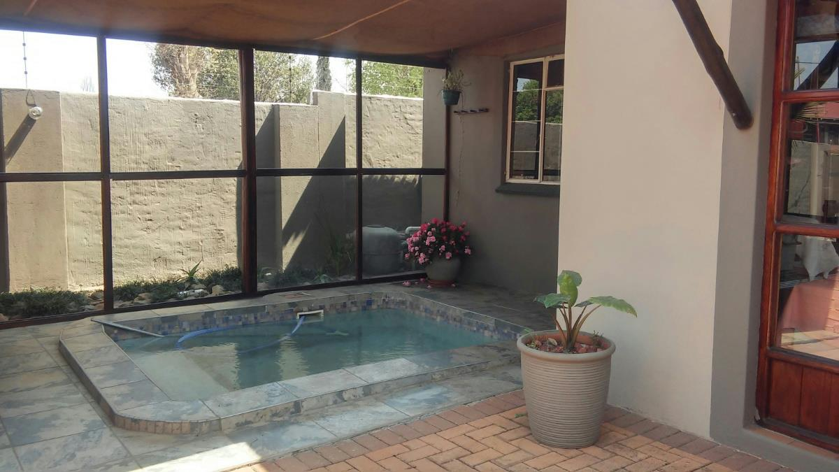 http://listing.pamgolding.co.za/Images/Properties/201709/714858/H/714858_H_2.jpg