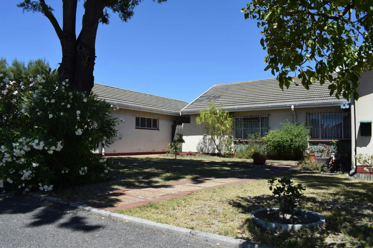 http://listing.pamgolding.co.za/Images/Properties/201802/833508/H/833508_H_24.jpg