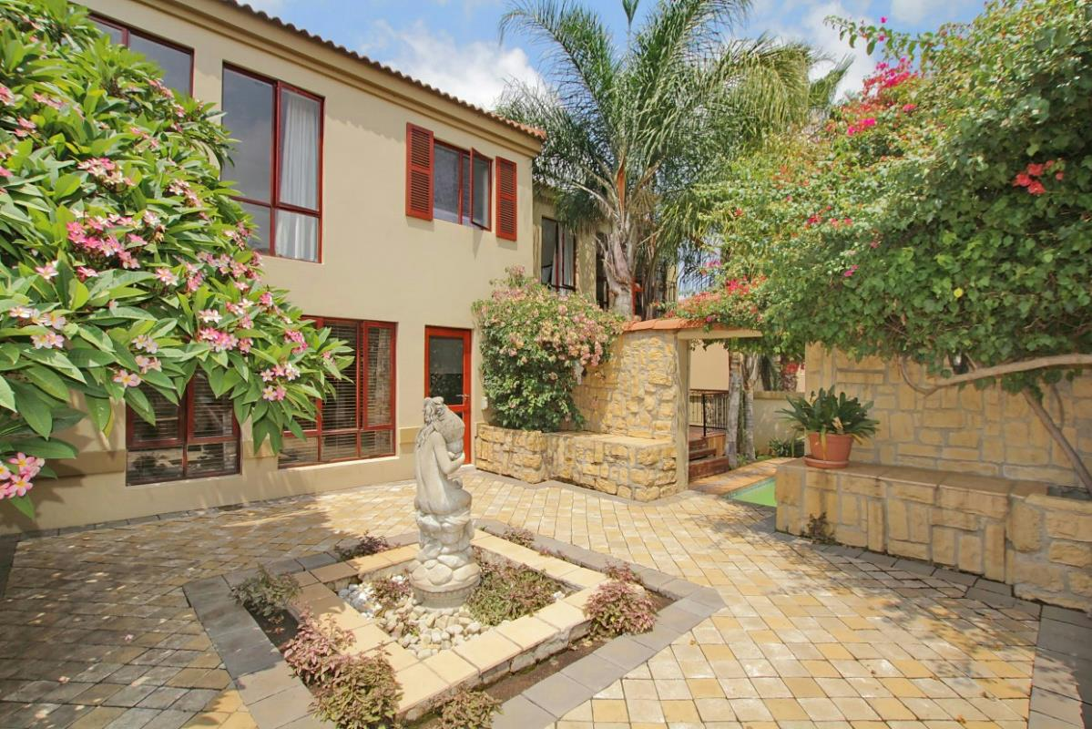 https://listing.pamgolding.co.za/Images/Properties/201602/540369/H/540369_H_31.jpg