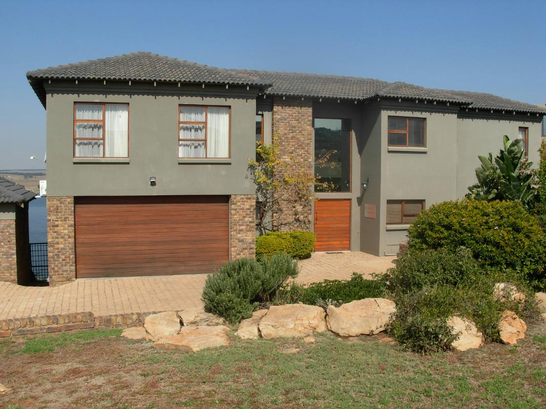 https://listing.pamgolding.co.za/Images/Properties/201605/556015/H/556015_H_1.jpg