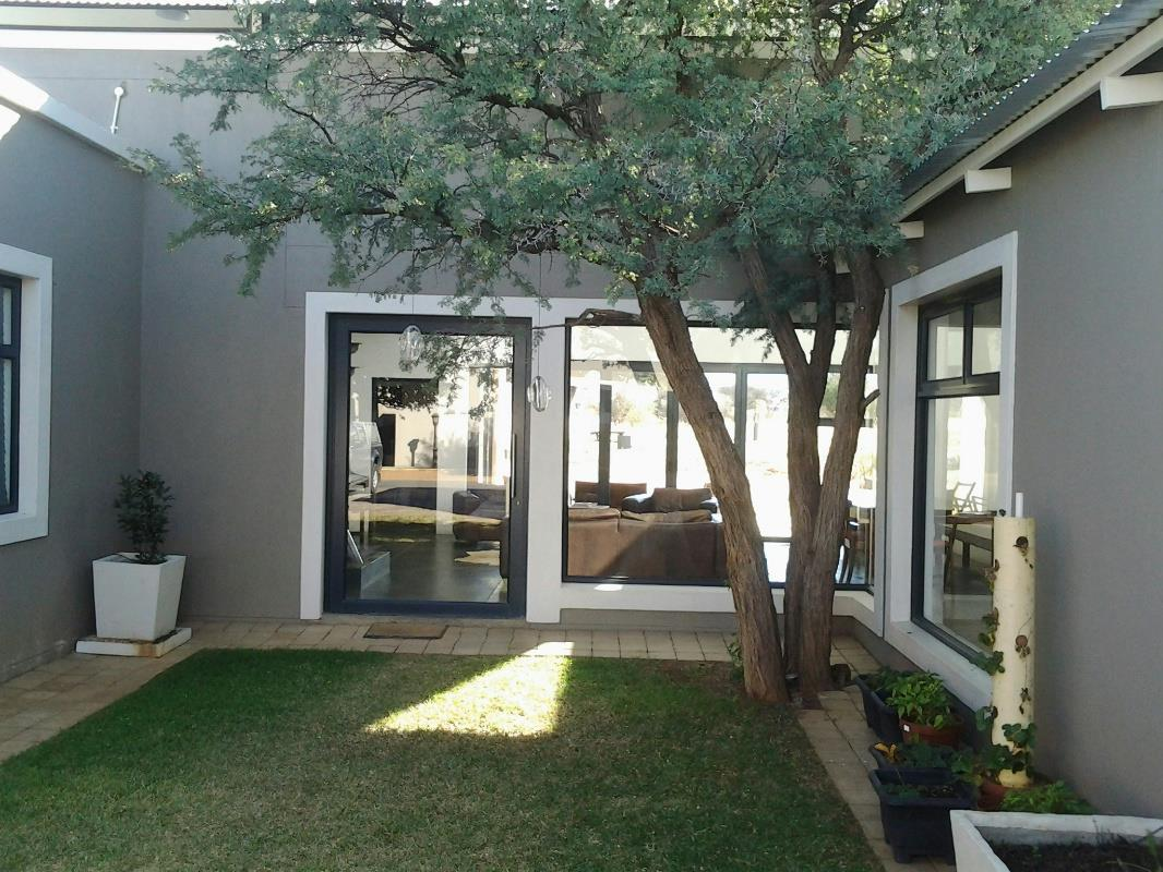 https://listing.pamgolding.co.za/Images/Properties/201606/564167/H/564167_H_12.jpg