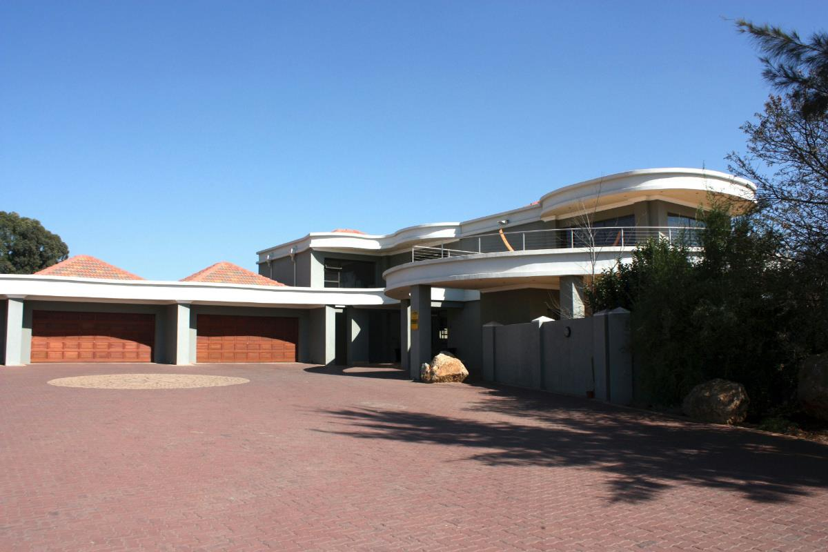https://listing.pamgolding.co.za/Images/Properties/201608/571744/H/571744_H_29.jpg