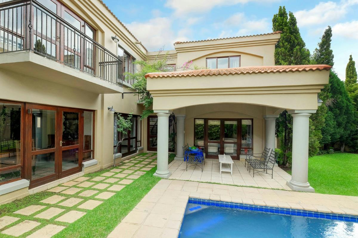 https://listing.pamgolding.co.za/Images/Properties/201702/323497/H/323497_H_7.jpg