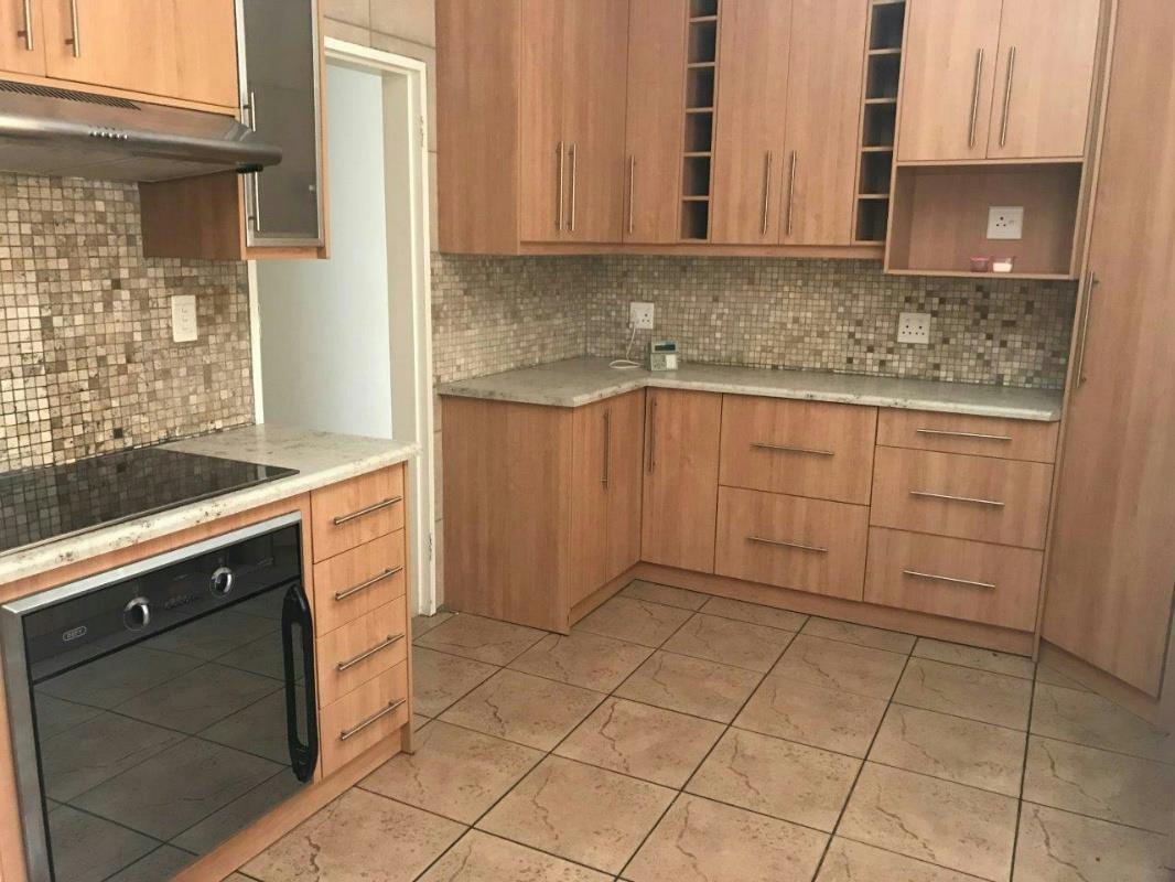 https://listing.pamgolding.co.za/Images/Properties/201704/619685/H/619685_H_6.jpg