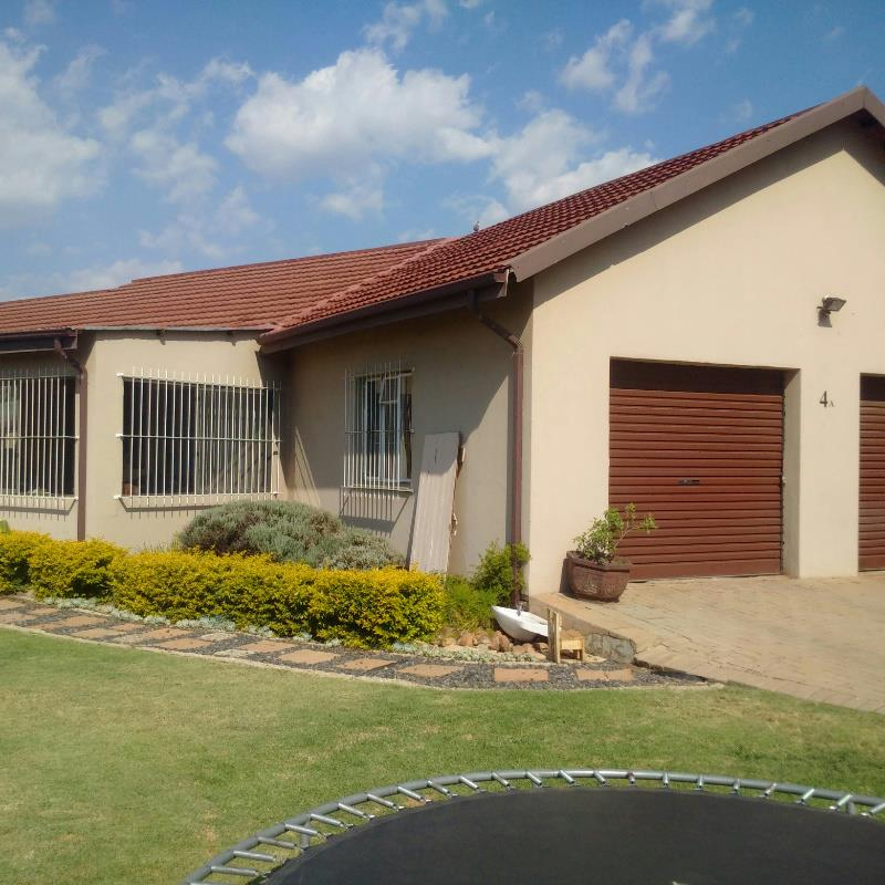https://listing.pamgolding.co.za/Images/Properties/201704/621166/H/621166_H_1.jpg