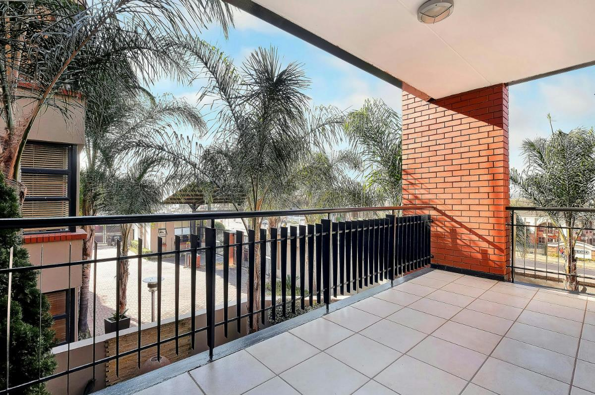 https://listing.pamgolding.co.za/Images/Properties/201707/682333/H/682333_H_16.jpg