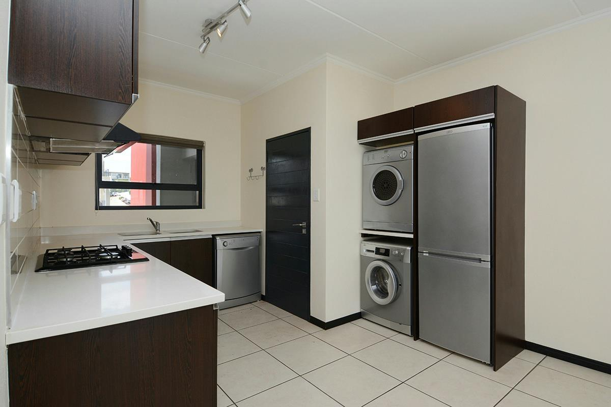https://listing.pamgolding.co.za/Images/Properties/201708/695094/H/695094_H_20.jpg