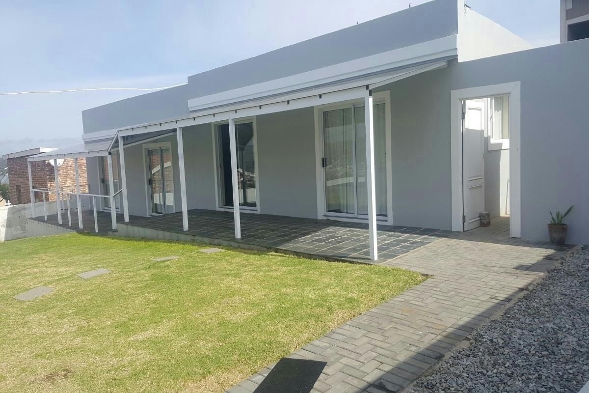 https://listing.pamgolding.co.za/Images/Properties/201709/725900/H/725900_H_2.jpg
