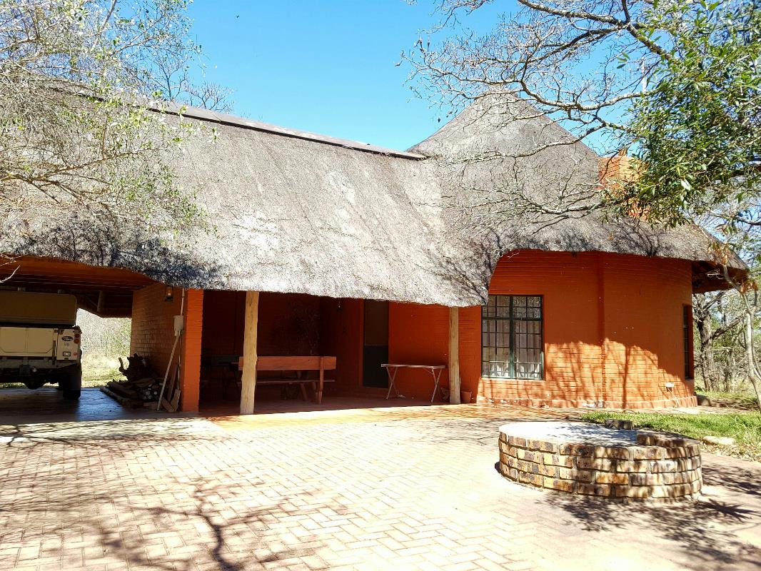 https://listing.pamgolding.co.za/Images/Properties/201710/746250/H/746250_H_1.jpg