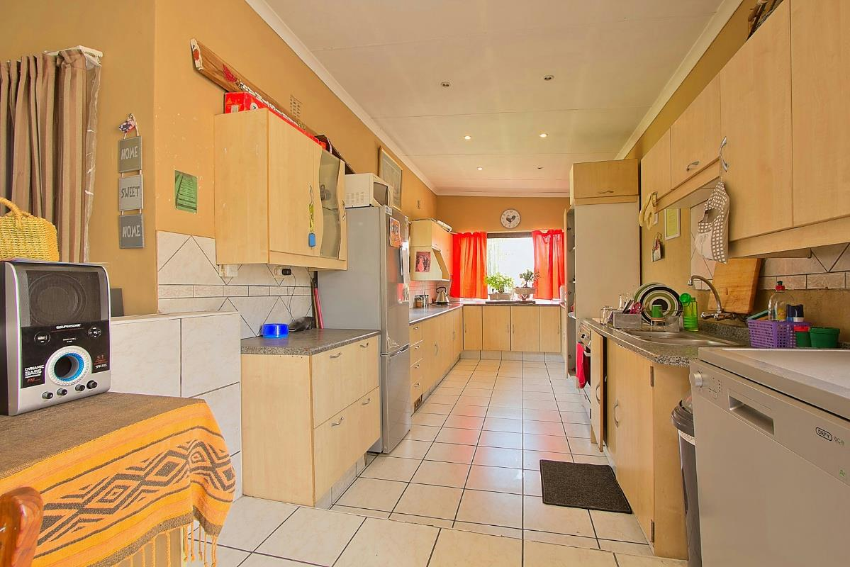 https://listing.pamgolding.co.za/Images/Properties/201711/746121/H/746121_H_33.jpg