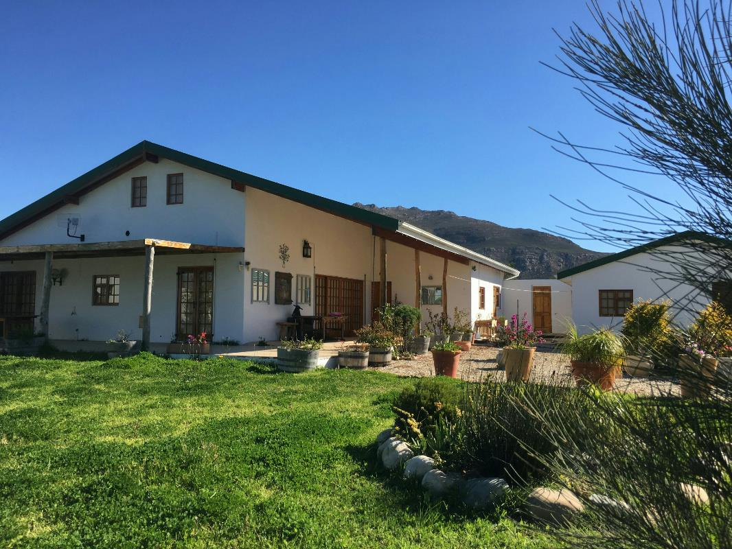 https://listing.pamgolding.co.za/Images/Properties/201711/789160/H/789160_H_32.jpg