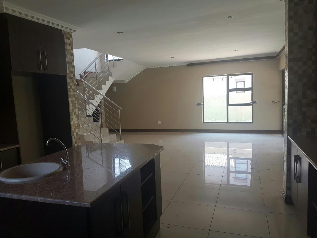 https://listing.pamgolding.co.za/Images/Properties/201801/818132/H/818132_H_3.jpg