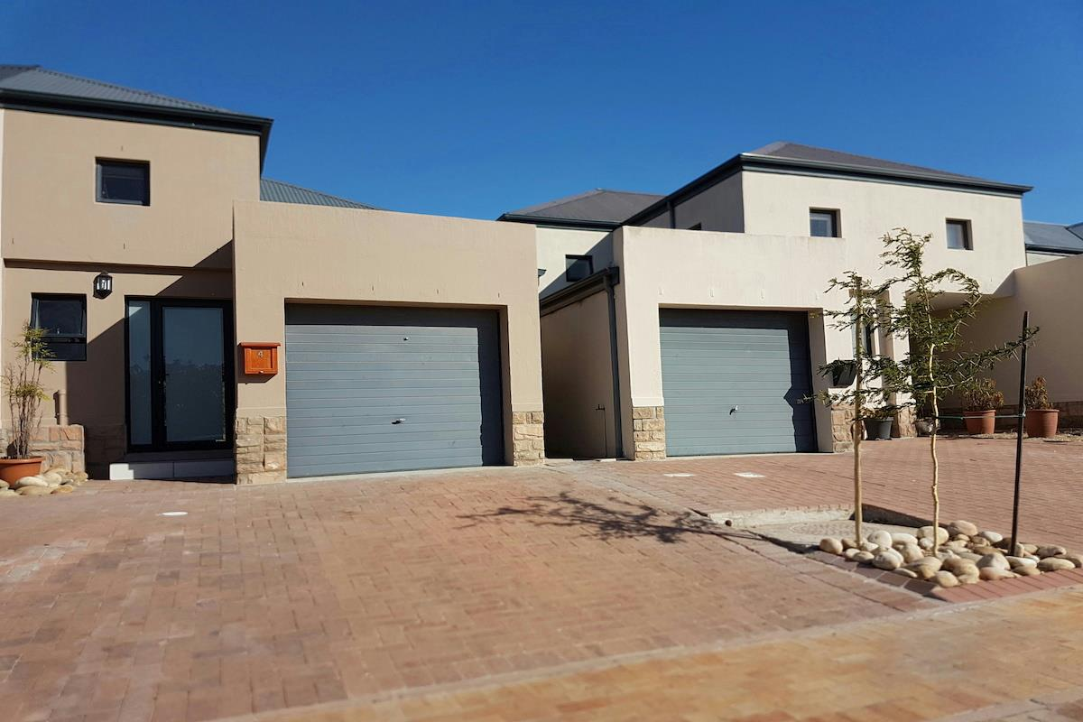 https://listing.pamgolding.co.za/Images/Properties/201801/820656/H/820656_H_17.jpg
