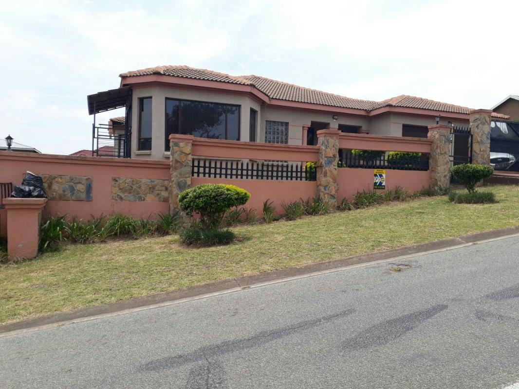https://listing.pamgolding.co.za/Images/Properties/201801/822033/H/822033_H_26.jpg