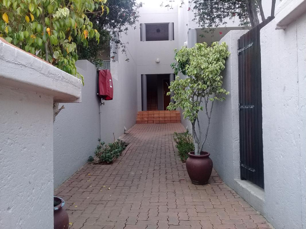https://listing.pamgolding.co.za/images/properties/201803/887545/H/887545_H_2.jpg
