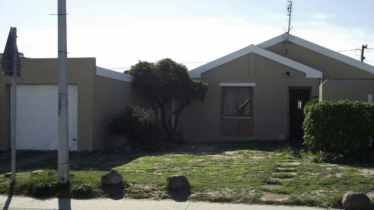https://listing.pamgolding.co.za/Images/Properties/201805/909516/H/909516_H_1.jpg