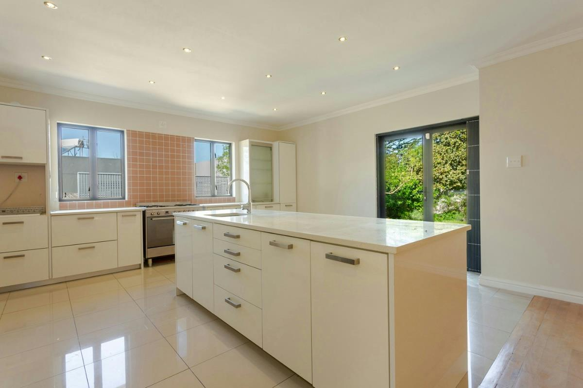 https://listing.pamgolding.co.za/Images/Properties/201808/1017994/H/1017994_H_60.jpg