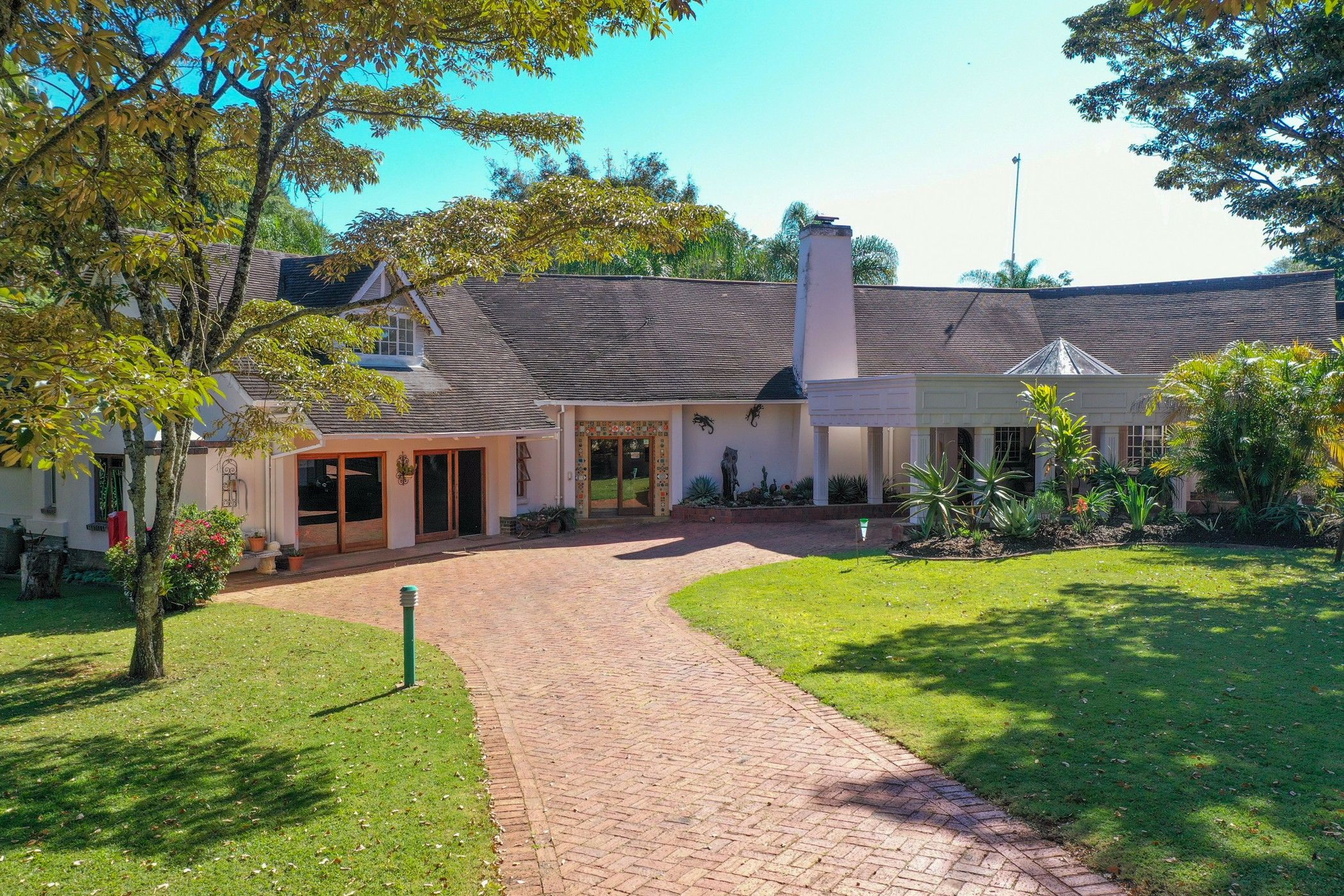 5-star 17 guest room guesthouse for sale in Borrowdale (Zimbabwe)
